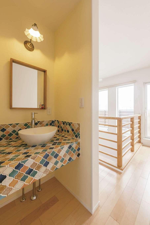 芹工務店【子育て、自然素材、省エネ】洗面は名古屋モザイクのタイルで造作。絶妙な配色が美しい