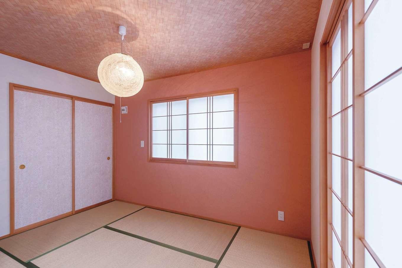 芹工務店【子育て、自然素材、省エネ】い草が香る畳が心地いい和室。ピンクの壁が空間のアクセントに