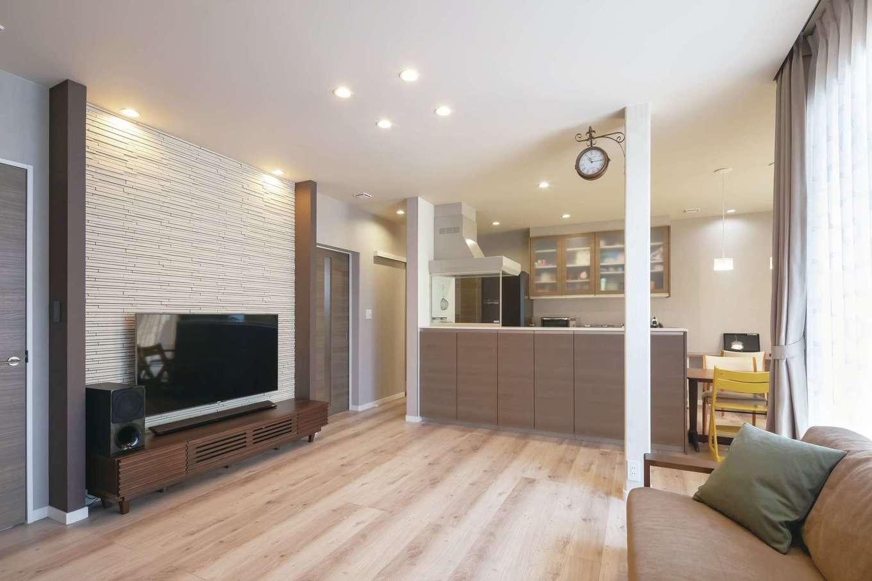 遠鉄ホーム【子育て、収納力、間取り】20畳のLDK。床、キッチンパネル、建具を木目調に合わせてコーディネート。テレビステーションにもこだわった
