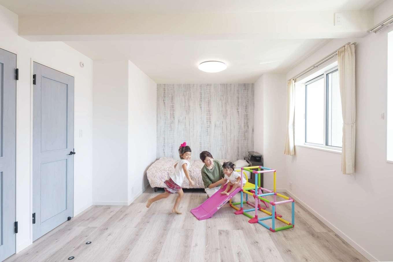 遠鉄ホーム【子育て、収納力、間取り】子ども部屋は白とブルーの爽やかな空間。子どもたちの成長に合わせて間仕切りも可能