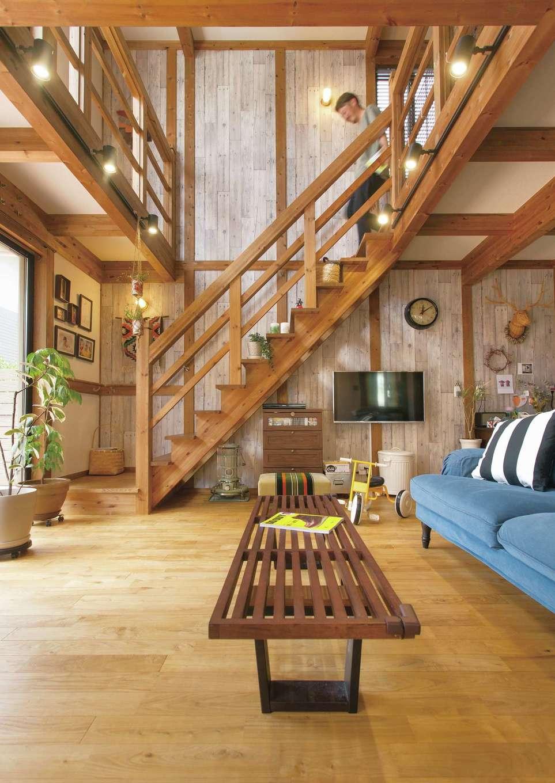 サイエンスホーム【デザイン住宅、自然素材、省エネ】ご主人のこだわりで、グレイッシュなクロスを天井の高さまで貼って男前インテリアを演出