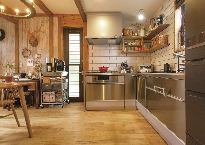 サイエンスホーム【デザイン住宅、自然素材、省エネ】オールステンレスのL字型キッチン。空間を広く使えるし、配膳も後片付けもラクラク