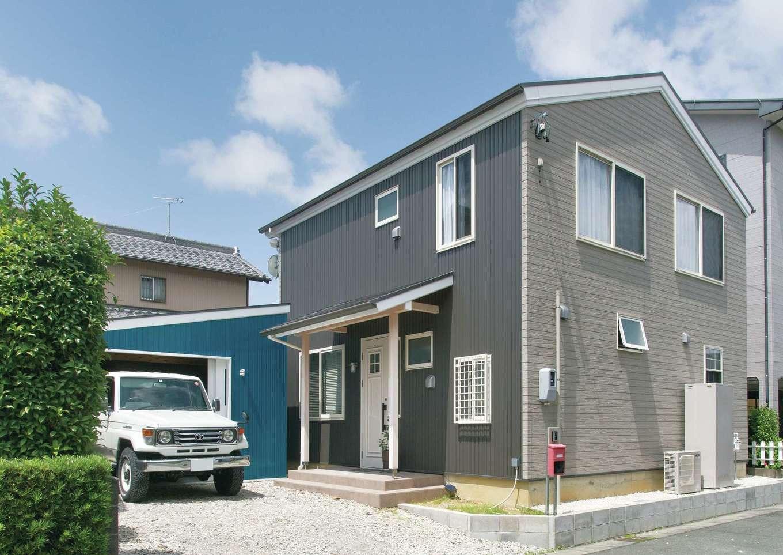 サイエンスホーム【デザイン住宅、自然素材、省エネ】グレーのガルバリウムが青空に映える外観