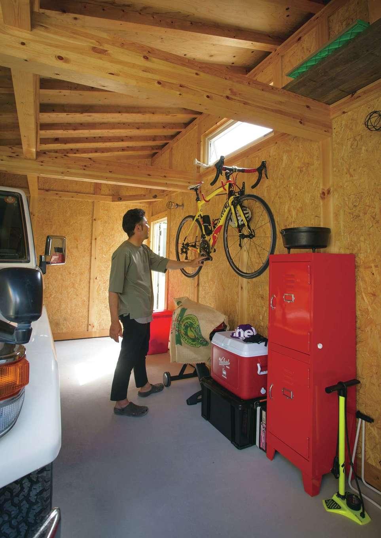 サイエンスホーム【デザイン住宅、自然素材、省エネ】DIYしやすいワイルドなデザインのOSB合板を使用したガレージ