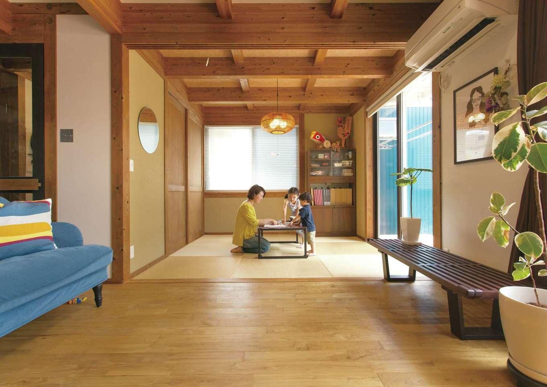 サイエンスホーム【デザイン住宅、自然素材、省エネ】リビングから連続する和室は、洗濯物をたたんだり、子どものお昼寝など多用途に使えて便利。「子どもが家でどんなに騒いでも、以前のように叱らなくてよくなったことが一番嬉しいですね」と奥さまがニッコリ微笑む
