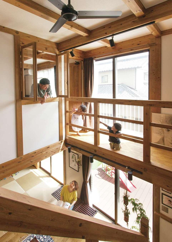 サイエンスホーム【デザイン住宅、自然素材、省エネ】吹抜けを通して1階と2階のコミュニケーションもスムーズ。これだけ大きな吹抜け空間があっても、標準仕様の真壁づくり&外張り断熱の相乗効果で冷暖房効果を逃がさないため、夏も冬も快適に過ごせる