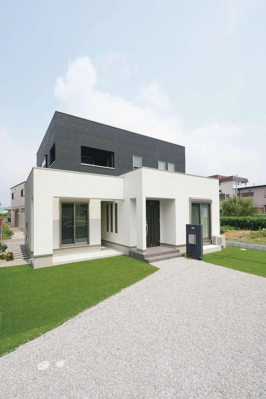 朝日住宅【デザイン住宅、子育て、間取り】キューブ型のモダンなスタイル。独立した和室は専用のポーチでリゾート感をプラス。庭にはサッカー用の人工芝も