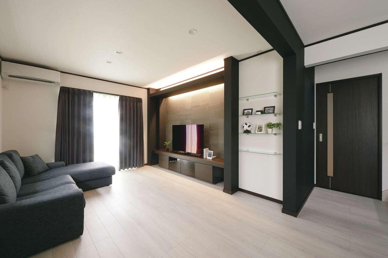 朝日住宅【デザイン住宅、子育て、間取り】飾り棚やTVボードもシンプルモダンをテーマに造作。間接照明はスマートLEDで、色の変更や明るさを調節でき、さまざまな雰囲気を演出することができる