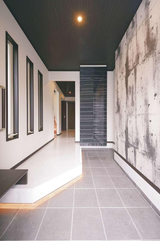 朝日住宅【デザイン住宅、子育て、間取り】モダンな壁にはピクチャーレールを設置。鏡面仕上げのシューズクロークはオーダーメイド