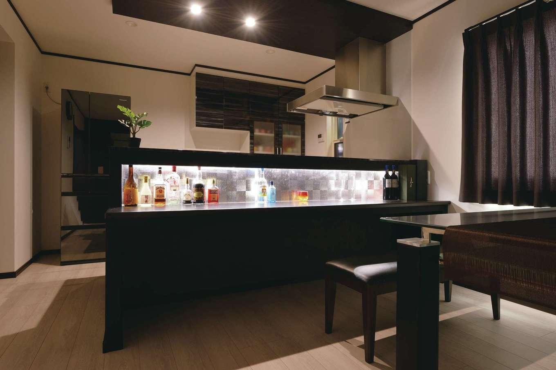 朝日住宅【デザイン住宅、子育て、間取り】夫婦でお酒を楽しむためのバーカウンターにも間接照明を取り入れ、夜はムード満点