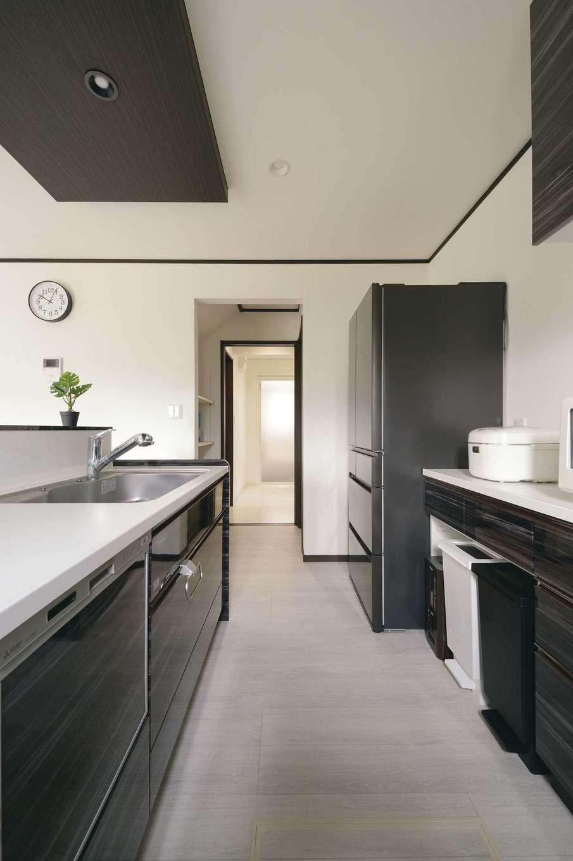 朝日住宅【デザイン住宅、子育て、間取り】キッチンと横一列にパントリー、洗面・浴室が並び、家事動線をスムーズにした。サッカーの汚れ物も玄関から直に洗濯機へ