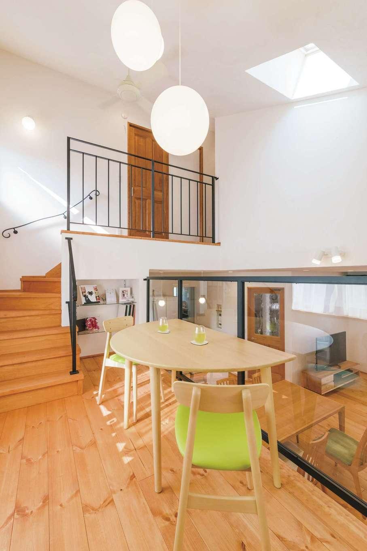 アイジースタイルハウス【デザイン住宅、自然素材、省エネ】ガラス張りのスキップフロアを採用したことにより、LDKがより広く感じられる