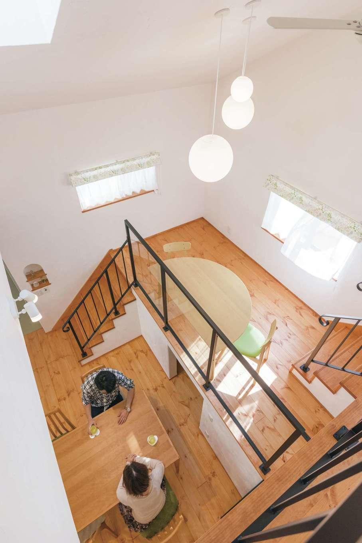アイジースタイルハウス【デザイン住宅、自然素材、省エネ】天窓からのやさしい光が白い漆喰に反射して、空間を明るく見せている