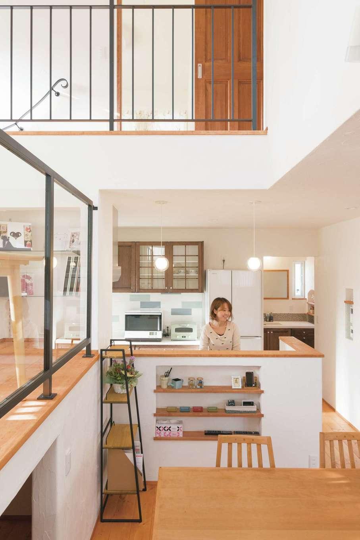 アイジースタイルハウス【デザイン住宅、自然素材、省エネ】視線も声も通りやすい吹抜けのLDK