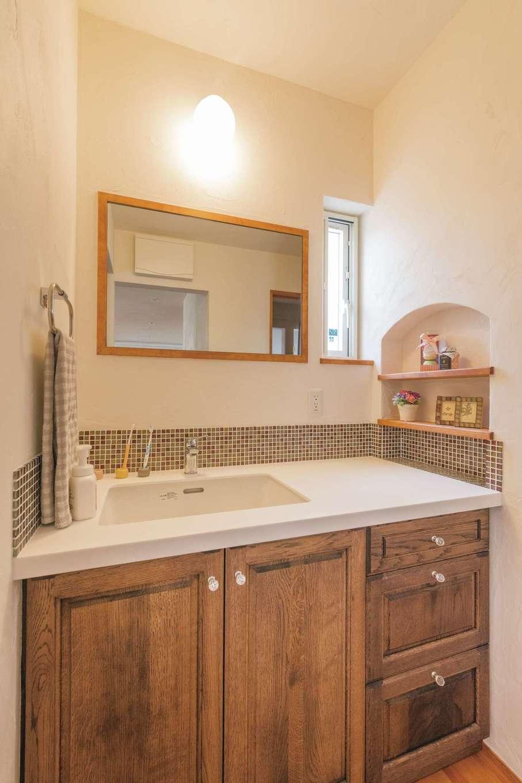 アイジースタイルハウス【デザイン住宅、自然素材、省エネ】柔らかな自然光を招き入れる落ち着きのある洗面台