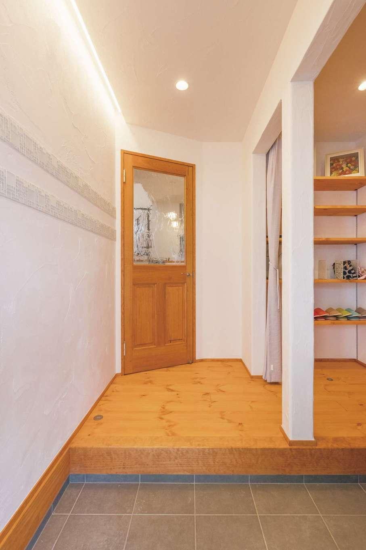 アイジースタイルハウス【デザイン住宅、自然素材、省エネ】間接照明とタイルがニュアンスを与える玄関ホール