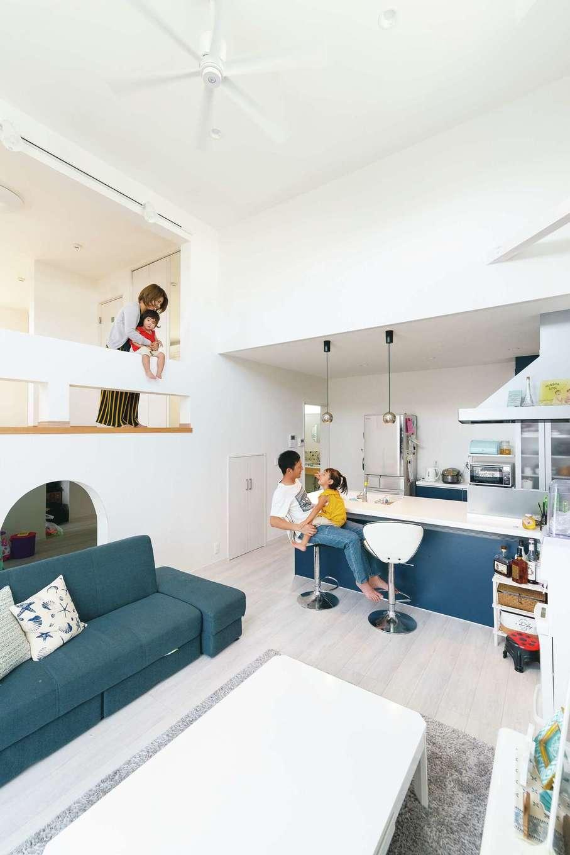 四季彩ひだまり工房 高田工務店【二世帯住宅、間取り、スキップフロア】子世帯リビングは2階にプランニングし、高天井とスキップフロアも組み合わせることで、奥さま念願の吹き抜けを実現した