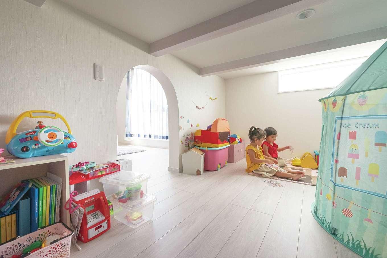 四季彩ひだまり工房 高田工務店【二世帯住宅、間取り、スキップフロア】子ども部屋の下は天井高1.4mの蔵収納。季節物や布団などもしまえる二世帯共有のスペースは、子どもたちの秘密基地にもなっている