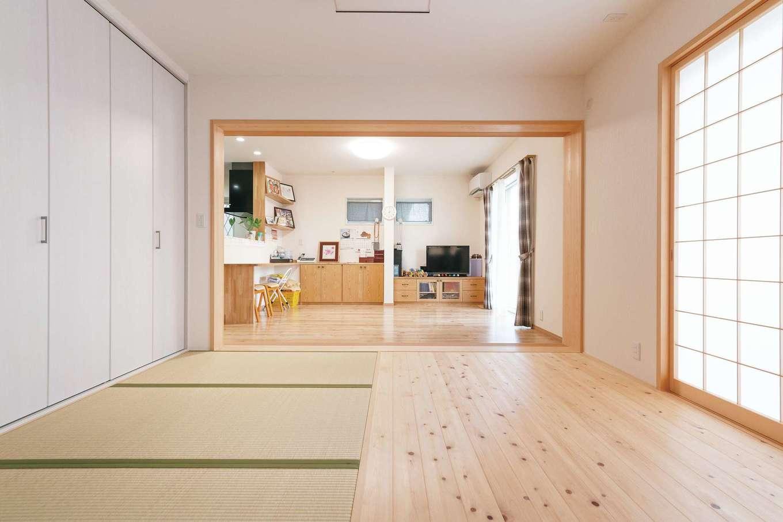 四季彩ひだまり工房 高田工務店【二世帯住宅、間取り、スキップフロア】正月や盆には30人もの親戚が集まるため、1階はリビング、和室、寝室をつなげて26畳の大空間に