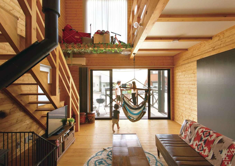 BESS浜松【子育て、趣味、インテリア】吹き抜けの2階部分にはグレーチング棚を設け、キャンプ道具をディスプレイ