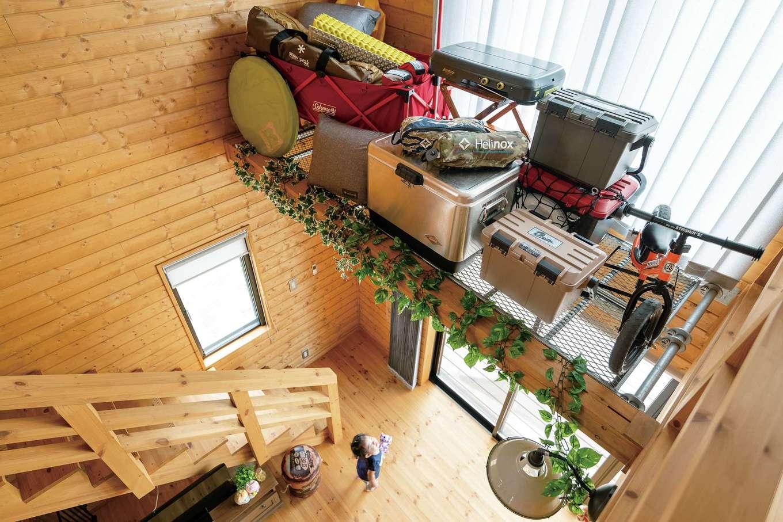 BESS浜松【子育て、趣味、インテリア】吹き抜けのグレーチング棚は、キャンプ用品をラフに置くだけでも絵になる。1階から見上げてよし、2階から眺めてよしの「見せる収納」として活躍!