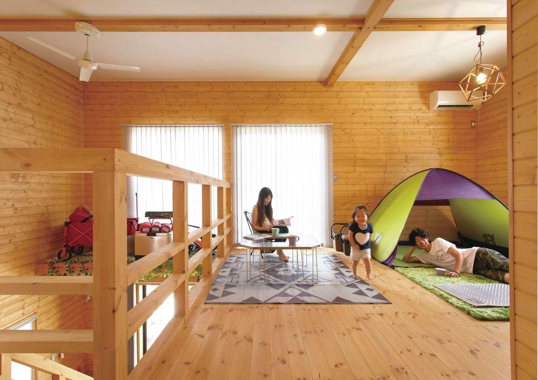 BESS浜松【子育て、趣味、インテリア】2階フリースペースには、テントやキャンプ用のテーブルが並ぶ。「雨の日にここで室内キャンプをしたら、子どもが大喜びしたんです」とご主人。家族全員で眠るのも楽しい
