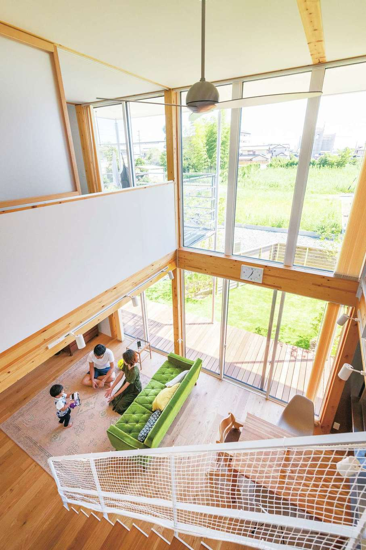 家の中心で空間をつなぐ吹き抜け。これだけ大きな窓でもトリプルガラスにより断熱効果は抜群。夏涼しく冬温かい『無印良品の家』の標準装備
