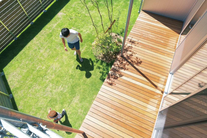 ご主人の夢だった芝生の庭。芝の手入れをしたり子どもと遊んだりするとき、我が家の幸せを実感する。大きなデッキは家族がくつろげる場所にしたかったため、玄関は別の位置に設けた