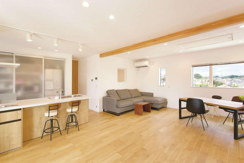 コバケンホーム(小林建設)【子育て、自然素材、間取り】21.7畳の2階リビング。ストレートキッチンを採用したことで、空間を広く使える