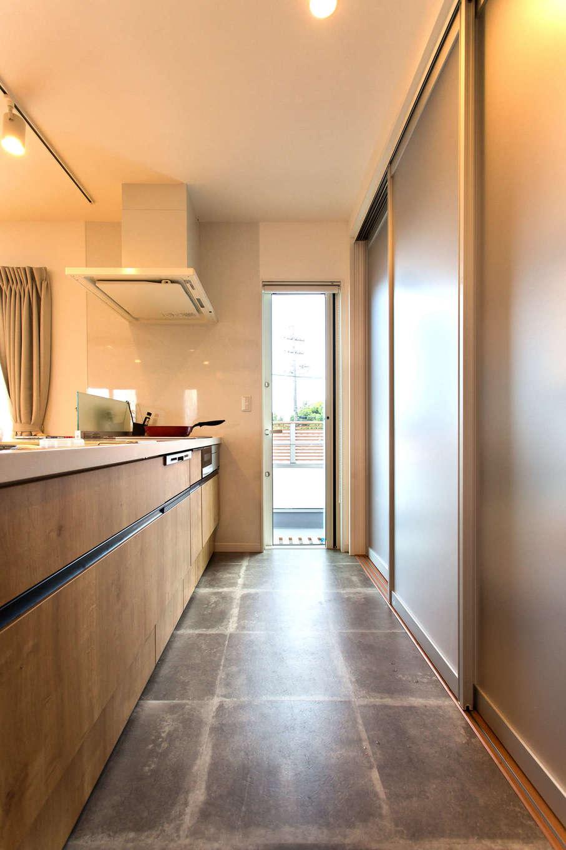 コバケンホーム(小林建設)【子育て、自然素材、間取り】生活感を出さないよう、キッチンのバックヤードに半透明の引き戸を採用。冷蔵庫や調理家電もサッと隠せて便利