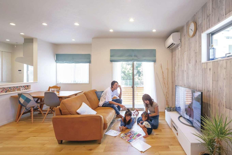 かなめ創建【デザイン住宅、狭小住宅、省エネ】狭小地でも広々としたLDKが実現。リビングの南面にはデッキがあり、掃出し窓を開ければさらにのびやかな空間に
