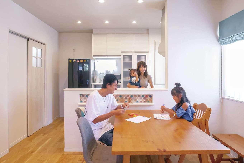 かなめ創建【デザイン住宅、狭小住宅、省エネ】キッチンや建具を白で統一。冬はガス式床暖房でLDK全体がぽかぽかの暖かさ