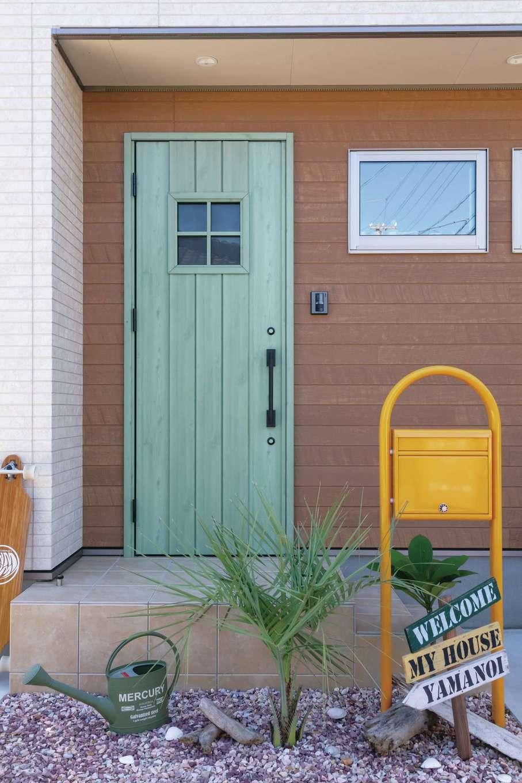 かなめ創建【デザイン住宅、狭小住宅、省エネ】オリーブグリーンの玄関ドアが映える玄関ポーチ