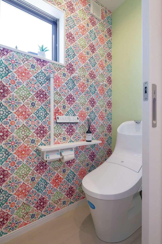 かなめ創建【デザイン住宅、狭小住宅、省エネ】2階のトイレは奥さまがひと目ぼれしたクロスで思いきりオシャレに演出