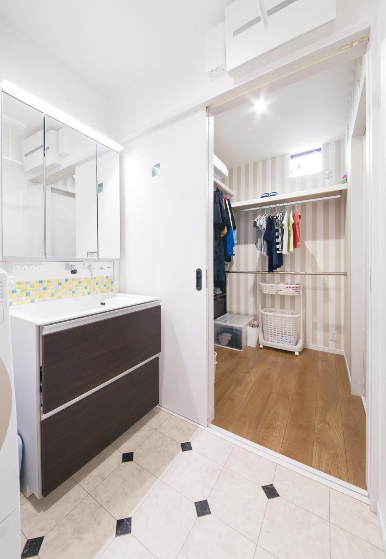 誠一建設 【子育て、二世帯住宅、間取り】洗面脱衣室の隣には、ウォークスルークローゼットを用意。乾いた洗濯物をつるして、さっと収納できる家事動線が便利