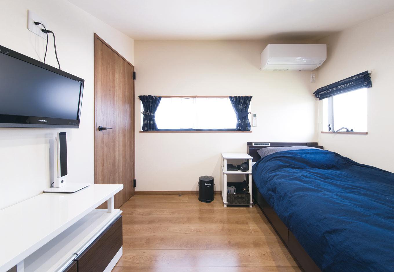 誠一建設 【子育て、二世帯住宅、間取り】勾配天井を活用した、3階にあるご主人の小さな寝室。隠れ家的な、リラックスできる空間