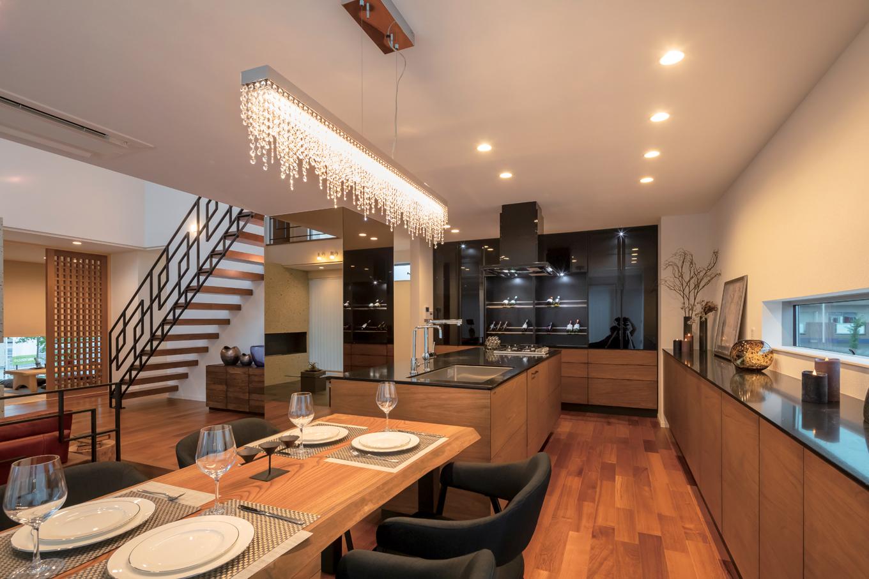幸和ハウジング【袋井市堀越2丁目19-7・モデルハウス】水晶を89%含んだ天板が美しいアイランドキッチン。奥にはワインセラーも装備。1階全体を見渡せるほか、吹抜けを通して2階の気配も伝わってくる