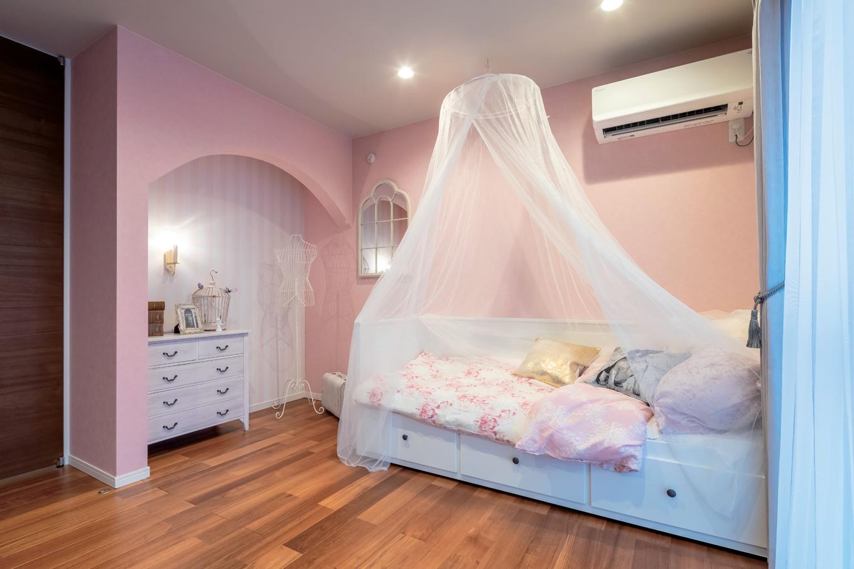 幸和ハウジング【袋井市堀越2丁目19-7・モデルハウス】淡いピンクのクロスと天蓋付きベッドでコーディネートした子ども部屋