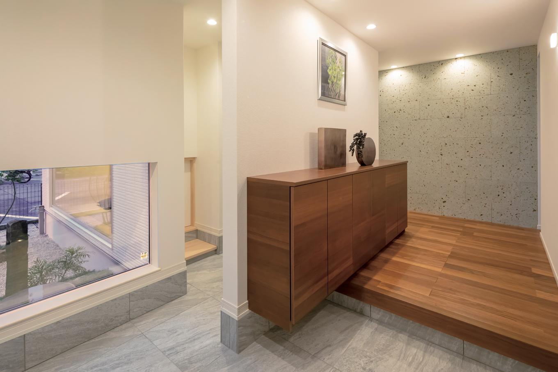 幸和ハウジング【袋井市堀越2丁目19-7・モデルハウス】家の「顔」とも言える玄関ホールはゆったりと。リビングを通らず、直接客間にアクセスできるよう配慮した
