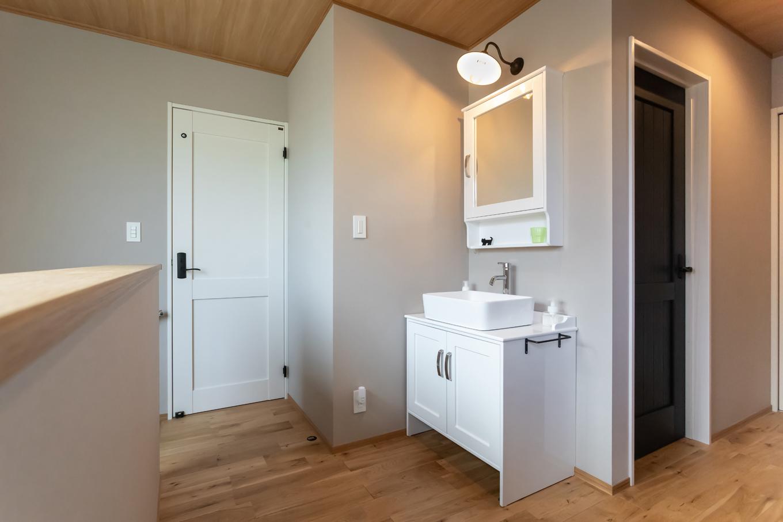 アイジーホーム 【デザイン住宅、間取り、インテリア】2階にはみっつの居室があり、それぞれが長男・長女・次女の部屋。白いドアはお手洗い。各部屋のドア色は子どもたちが選んだものだそう