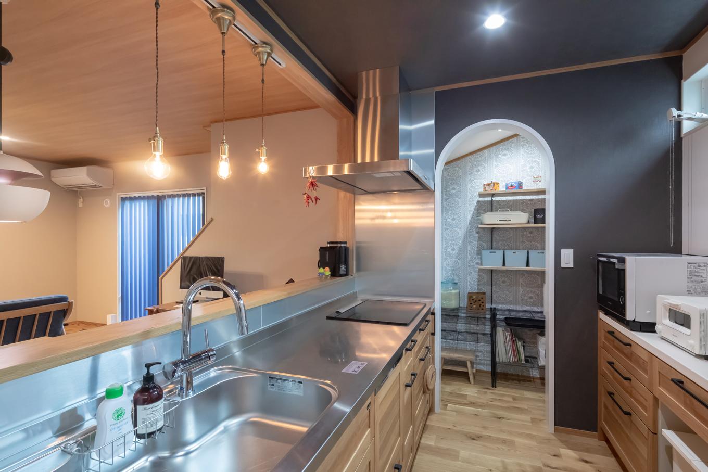 アイジーホーム 【デザイン住宅、間取り、インテリア】キッチンは同社のカフェスタイル展示場のものとそっくり。「一目ぼれしちゃって、展示場で、同じしてください!ってお願いしました」と奥さま