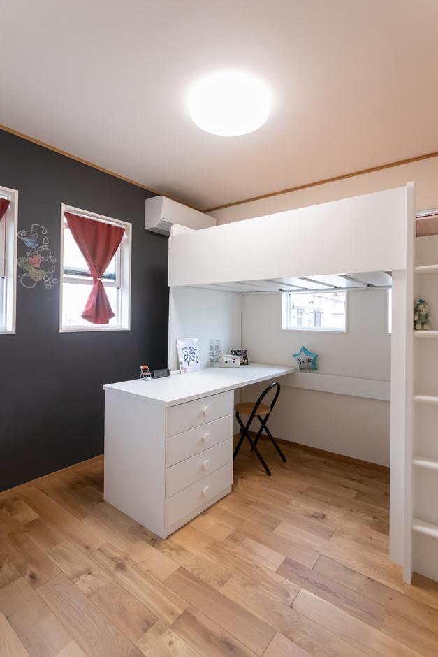 アイジーホーム 【デザイン住宅、間取り、インテリア】長女の部屋は、一面がチョークボードになっている。奥さまと長女で絵を描いたりすることもあるのだとか
