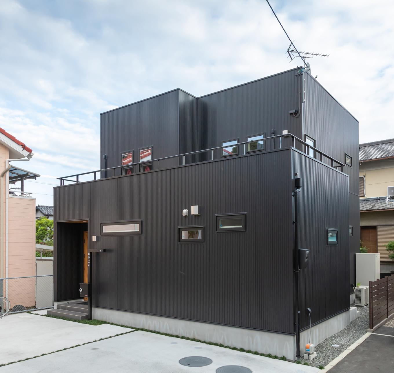 アイジーホーム 【デザイン住宅、間取り、インテリア】劣化しにくい素材をつかったシンプルな外観。窓のサイズや数にもこだわりつつ、必要最小限の大きさに仕上げた