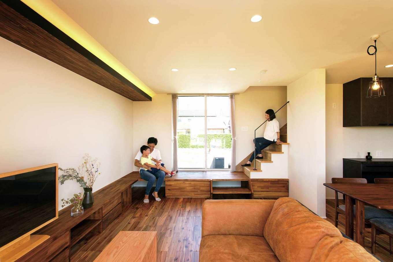 ARRCH アーチ【デザイン住宅、子育て、趣味】テレビボードと階段を一体にしたユニークなデザイン。窓の高さと天井を合わせることで垂れ壁がなく、すっきりとした印象に。シンプルなアイアンの手すりはオリジナルデザイン