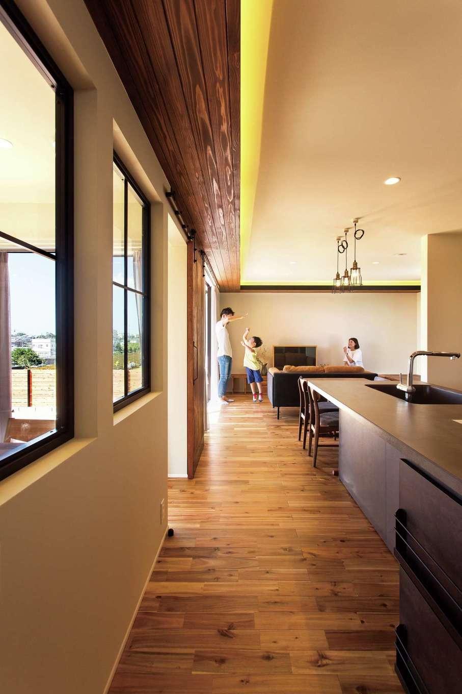 ARRCH アーチ【デザイン住宅、子育て、趣味】L字に巡らせた木製の下がり天井の中に間接照明を忍ばせて空間のアクセントに