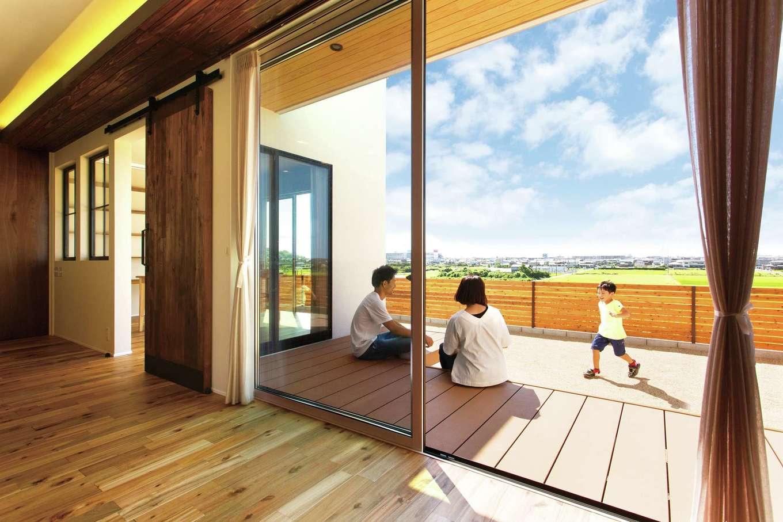 ARRCH アーチ【デザイン住宅、子育て、趣味】窓の向こうにウッドデッキが続くことで、視覚的な広さを演出。庭でBBQやプールも