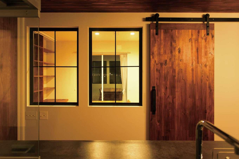 ARRCH アーチ【デザイン住宅、子育て、趣味】インダストリアルなトラックレールの木製扉はS夫妻のお気に入り