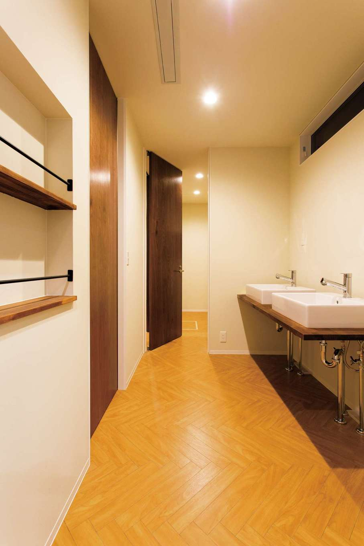 ARRCH アーチ【デザイン住宅、子育て、趣味】2つ並んだ洗面ボウル、部屋干しの竿を設け、共働きの忙しい朝をサポート