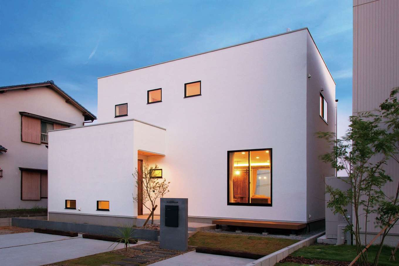ARRCH アーチ【デザイン住宅、子育て、趣味】白いキューブが重なったような洗練された外観。リビングの窓からは北側のガレージに直接出られ、大好きなバイクいじりができる