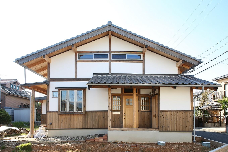 ほるくす【和風、自然素材、ペット】外観は土壁に白漆喰を施した。土壁は吸放湿性が高く、日本の気候風土に合う。外壁などにも自然素材を使用しているのも特徴だ。
